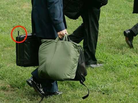 Một thành viên của quân đội Mỹ mang Quả bóng hạt nhân với chiếc ăngten thò ra. (Nguồn: businessinsider.com)