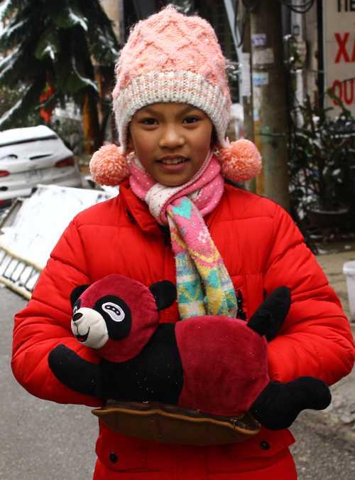 Nhiều em gái ra đường mang theo cả túi sưởi cho ấm tay.