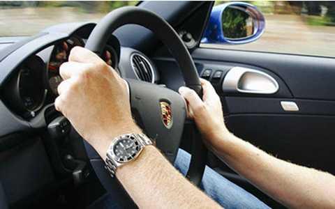 Những sai lầm chết người lái xe nên tránh Lơ   là, chủ quan, phanh trong khúc cua, sử dụng đèn pha trong trời sương   mù… là những sai lầm chết người đối với cánh lái xe ô tô.
