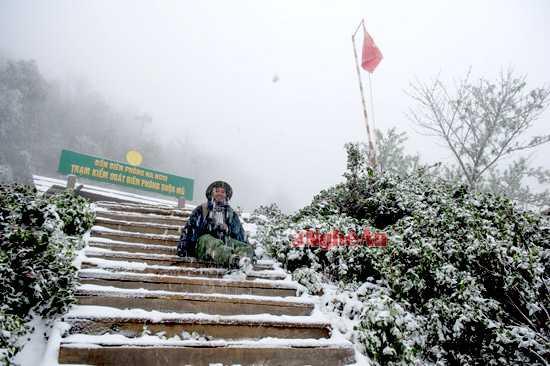 Trước Trạm Biên phòng Buộc Mú, xã Na Ngoi (Kỳ Sơn) tuyết rơi dày. Và với dân phượt khoảnh khắc hiếm hoi  này thật đáng lưu giữ.