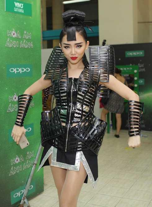 Tóc Tiên hoá nữ samurai sexy.