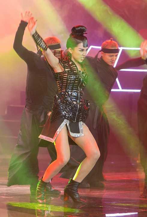 Tóc Tiên 'đốt cháy' sân khấu The Remix với 'Big girls don't cry'.