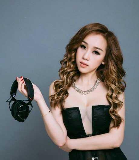 DJ Rosa tên thật là Lê Thị   Hồng Nhung, sinh năm 1992 tại Đà Lạt. Cơ duyên đến với nghề DJ của Rosa   bắt đầu từ năm 2008 khi cô cùng bạn bè đi club. Vì tò mò nên cô đã bắt   đầu học thêm để phát triển niềm đam mê của mình.