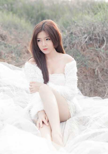 """Một thời gian cô còn được biết đến với   biệt danh """"bạn gái tin đồn"""" của nam ca sỹ Bùi Anh Tuấn."""