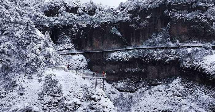 Du khách ngắm nhìn phong cảnh tuyết trắng ở Thần Sơn