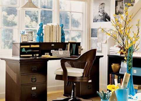 Dọn dẹp phòng làm việc: Trước Tết, bạn   nên dành thời gian dọn dẹp, di chuyển vật dụng, sách vở, thiết bị văn   phòng sao cho gọn gàng, sạch sẽ nhất. Đặc biệt, bàn làm việc nên cố gắng   kê ở gần cửa sổ, nơi có thể nhìn ra không gian phía ngoài thoáng đãng.   Đặt ở vị trí này sẽ giúp công danh sự nghiệp của gia chủ sáng sủa, thăng   tiến bừng bừng.