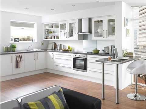 Dọn dẹp phòng bếp: Không gian bếp   cũng là nơi rất quan trọng trong dịp năm mới, bởi đây là nơi tập trung   đãi khách dịp năm mới. Để nhà bếp trở nên thoáng đãng, sạch sẽ và chuẩn   phong thủy, trước tiên, gia chủ nên lưu ý không treo các vật dụng sắc   nhọn trên tường như dao, kéo, bào...