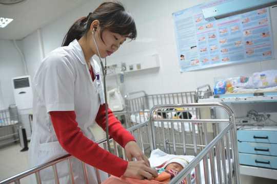 Cháu bé con chị Nga đang được chăm sóc điều trị tại bệnh viện.