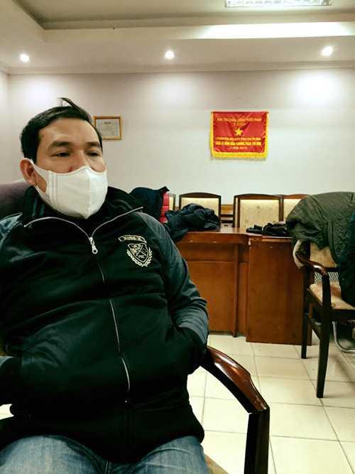 Quang Thắng bịt khẩu trang, hai tay đút túi áo trong lúc chờ đến lượt mình khớp kịch bản.
