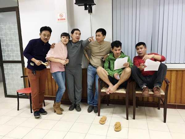 Đạo diễn Đỗ Thanh Hải (giữa) cũng làm việc thâu đêm để chỉnh sửa kịch bản cho từng nhân vật của Táo quân 2016.