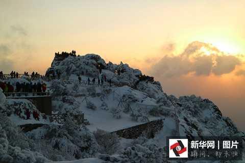 Khe núi Sơn Luyến trên dãy Hoàng Sơn nổi tiếng của tỉnh An Huy cũng chìm trong màu trắng của băng tuyết
