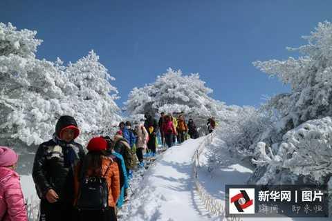 Chỉ trong 2 ngày, khe núi đóng băng trên dãy Hoàng Sơn đã thu hút hơn hàng ngàn lượt khách tham quan