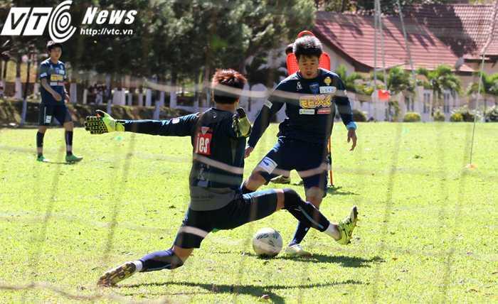 Tiền đạo Miura cũng nhiều lần đưa được bóng vào lưới trong các bài tập đối mặt thủ môn (Ảnh: H.T)