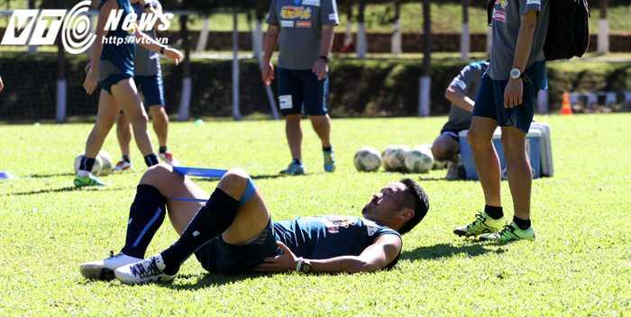 Nhiều cầu thủ Yokohama tranh thủ tập thêm các động tác tăng cường sức mạnh cơ bắp (Ảnh: H.T)