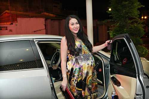 Phi Thanh Vân được chồng đưa tới sự kiện bằng xế sang