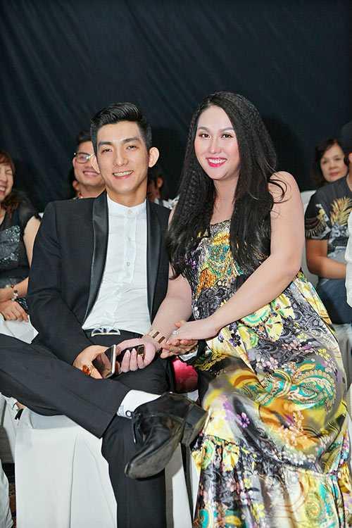 Hai vợ chồng Phi Thanh Vân rất tình cảm trong sự kiện