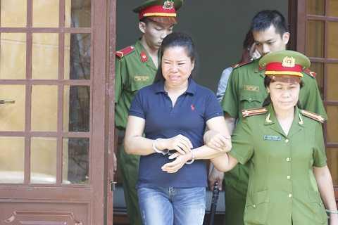 Bị cáo được công an áp giải từ tòa án về trại giam