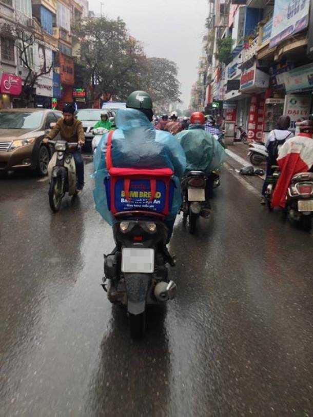 Một shipper trên đường đi giao hàng ở Hà Nội