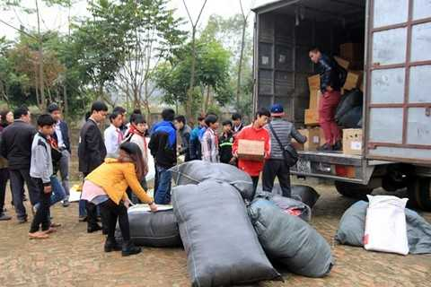 Xe vận chuyển quà tới trường tiểu học Mường Do.