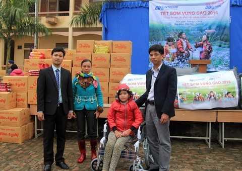 Trao tặng xe lăn cho học sinh mắc bệnh xương thủy tinh.