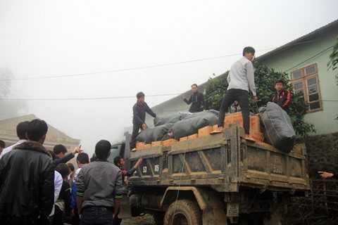 Xe vận chuyển quà đến trường tiểu học Kim Bon.