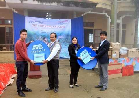 Trao đầu thu kĩ thuật số của nhà tài trợ VTC Digital cho trường tiểu học Kim Bon.