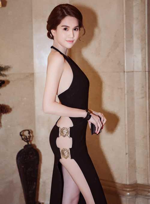 Sau những ồn ào bởi hàng loạt mẫu váy 'đạo ý tưởng', Ngọc Trinh làm mới hình ảnh bằng những bộ cánh vô cùng sexy của nhiều thương hiệu nổi tiếng và những bộ trang phục được vẽ mẫu, đặt cắt may riêng.