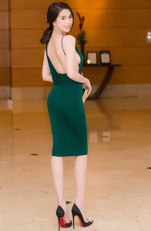 Những mẫu váy có đường cắt táo bạo nhằm khai thác tối đa nét gợi cảm của hình thể được Ngọc Trinh thường xuyên sử dụng khi góp mặt trên thảm đỏ.