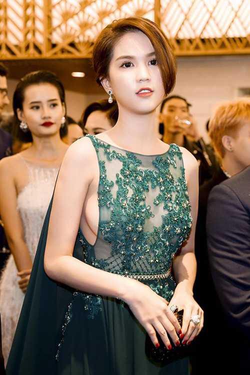 Stylist Đỗ Long cho biết, các mẫu váy sexy đều được thiết kế theo đúng số đo của Ngọc Trinh với đường cắt may chỉn chu, đính kết công phu để giúp người mặc không phải lo lắng đến các sự cố lộ điểm nhạy cảm.