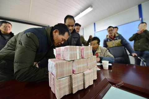 Một Công ty ở Thượng Hải, Trung Quốc xếp núi tiền tổng trị giá 1 triệu NDT (khoảng 3,3 tỷ đồng) thưởng Tết cho nhân viên