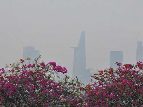 Các tòa nhà trung tâm Sài Gòn hướng nhìn từ quận 2 sang quận 1 chìm trong màn sương trắng đục