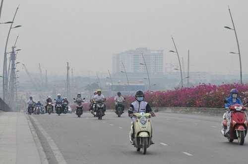 Nhiều phương tiện lưu thông qua cầu Thủ Thiêm, đại lộ Võ Văn Kiệt, Mai Chí Thọ phải bật đèn giữa ban ngày.