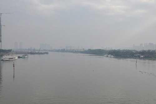 Sông Sài Gòn ẩn hiện dưới làn sương mù