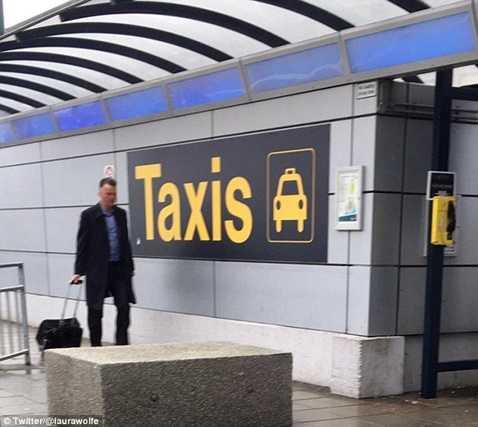 Hình ảnh lầm lũi của Van Gaal tại sân bay