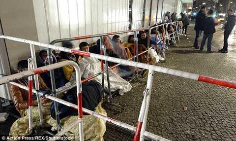 Người tị nạn trước cửa văn phòng nhập cư Berlin