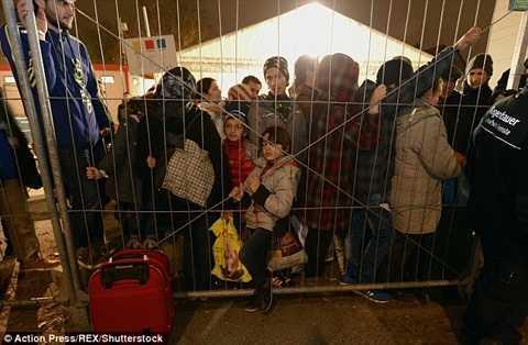 Hàng dài người chờ đợi trong thời tiết giá lạnh, trong đó có cả trẻ em