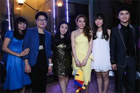 Trong một đêm nhạc cùng các học trò, 'Hoạ mi tóc nâu' xuất hiện với vẻ ngoài sành điệu tron chiếc đầm ngắn màu vàng.