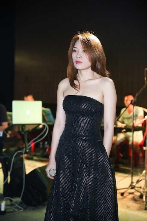 Thời trang tổng duyệt của nữ ca sỹ cũng được chăm chút kỹ càng.