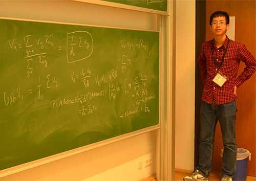 Đào Vũ Quang trình bày lời giải của một bài toán thuộc chủ đề bước đi ngẫu nhiên trong Trại hè quốc tế Toán học tại Đức. Ảnh: NVCC