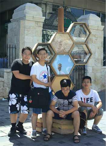 Đào Vũ Quang (ngoài cùng bên phải) cùng các thành viên của đoàn Việt Nam tham dự Hội nghị Khoa học quốc tế tại Israel. Ảnh: NVCC.