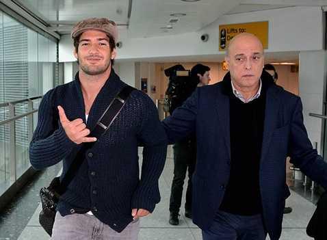 Pato tươi cười khi đặt chân đến London