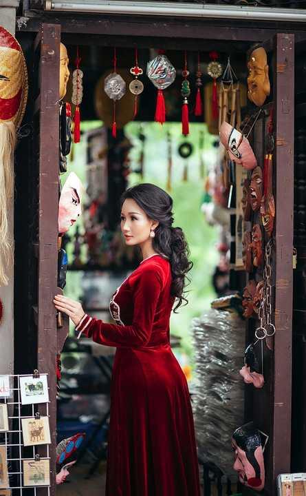 Bộ ảnh được thực hiện bên những góc quán hàng lưu niệm mang màu sắc cổ kính, vốn hấp dẫn du khách muôn nơi.