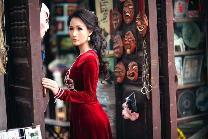 Các thiết kế áo dài nhung đỏ với những hoạt tiết trên thân áo mang dáng vóc của các hoạ tiết truyền thống trên trống đồng, các trang phục dân tộc của người Việt được cách điệu tinh tế mà lạ mắt tạo điểm nhấn cho người mặc và hoà quyện hơn với khung cảnh xung quanh.