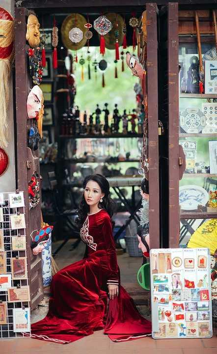 Vốn yêu vẻ đẹp cổ xưa của Hà Nội, hoa hậu Sương Đặng luôn thích được gắn hình ảnh của mình với những gì rêu phong, xưa cũ, ồn ào đấy nhưng rất bình yên của Hà Nội