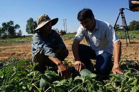 Người trồng dưa bộc bạch chia sẻ cùng PV (Ảnh:Thu Sa-Thanh Hải)