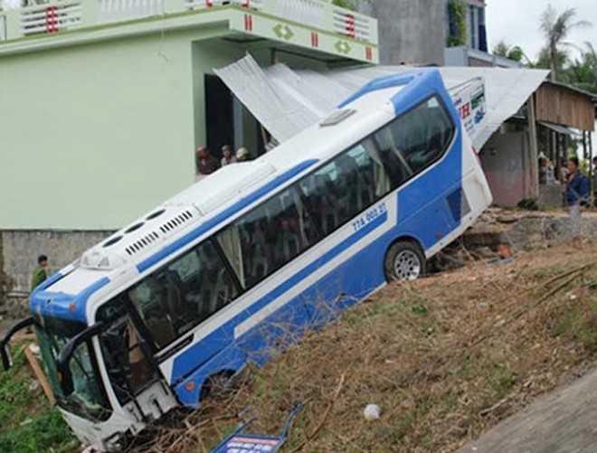 Xe khách chở 26 vận động viên, huấn luyện viên U19 Bình Định gặp nạn ở huyện Tuy An(Phú Yên). Ảnh: H.Toan.