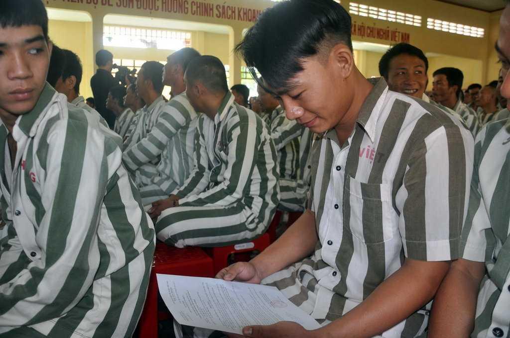 Anh Vũ Quốc Việt vui vẻ khi nhận được tờ quyết định tha tù trước thời hạn - Ảnh: Đông Hà