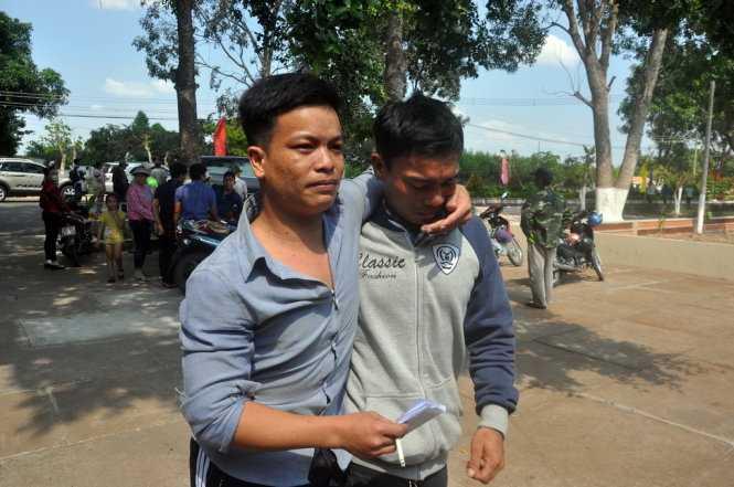 Anh Nguyễn Tất Thông (trái) được anh trai đến đón về - Ảnh: Đông Hà