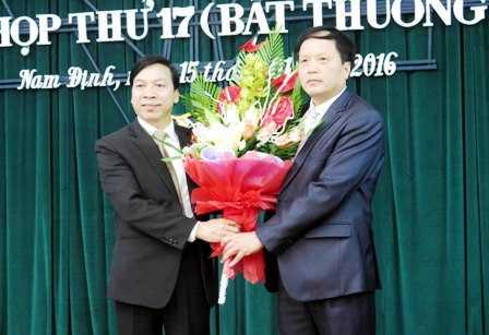 Ông Trần Văn Chung, Chủ tịch HĐND tỉnh Nam Định tặng hoa chúc mừng ông Ngô Gia Tự.
