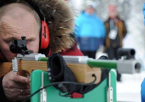 Tổng thống Vladimir Putin bắn thử súng trường dành cho vận động viên khiếm thị trong chuyến thăm giải vô địch trượt tuyết và biathlon dành cho người khuyết tật